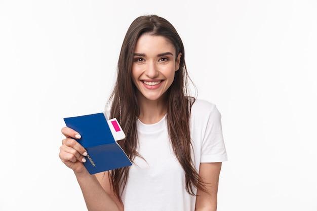 Portret jonge vrouw met paspoort