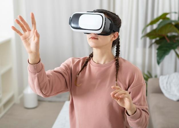 Portret jonge vrouw met virtual reality headset
