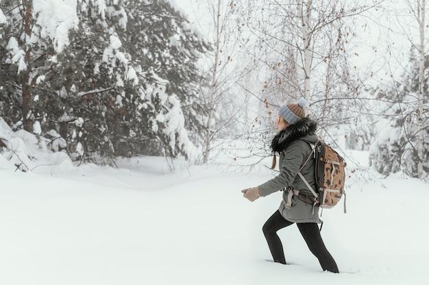 Portret jonge vrouw op winterdag