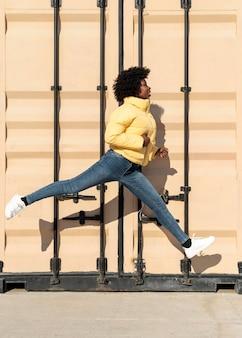 Portret jonge vrouw springen
