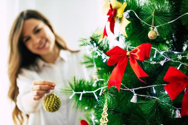 Portret jonge vrouw thuis op kersttijd