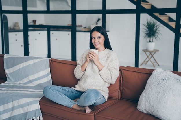 Portret jonge vrouw thuis