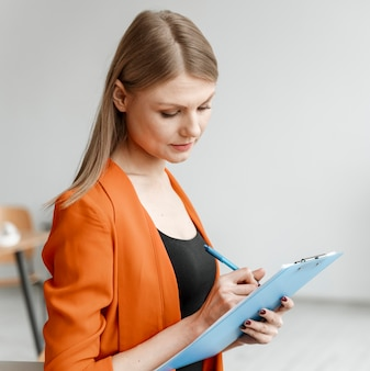 Portret jonge zakenvrouw met klembord