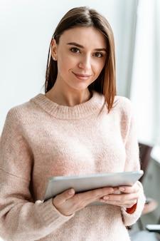 Portret jonge zakenvrouw met tablet