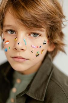 Portret jongen met geschilderde gezicht