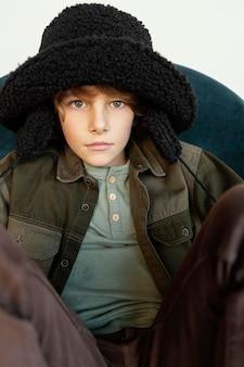 Portret jongen winter hoed dragen