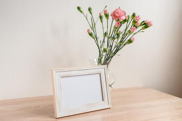 Portret kader. moderne glazen vaas met rozenanjer