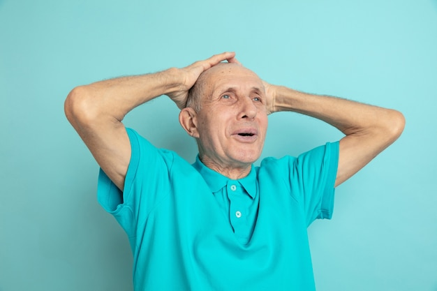 Portret kaukasische senior man geïsoleerd op blauw