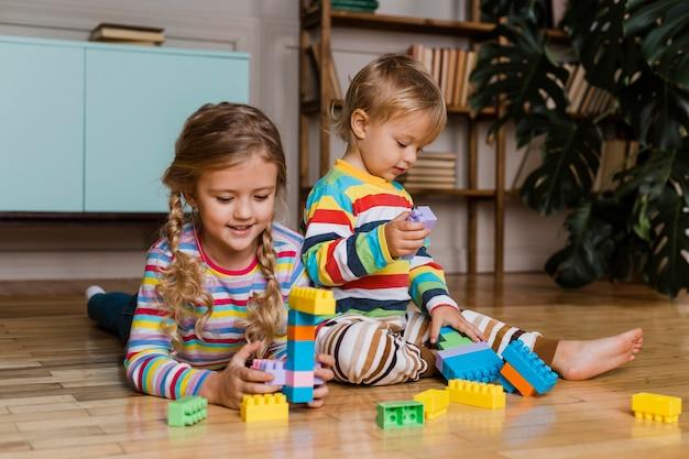 Portret kinderen samenspelen