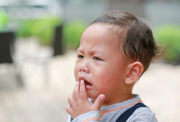 Portret kleine aziatische babyjongen huilde met betraand op haar gezicht.