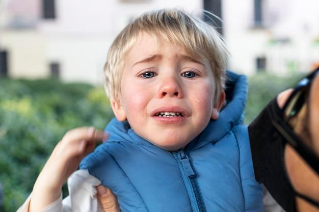 Portret kleine jongen huilen