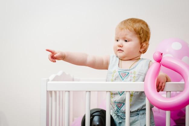 Portret kleine schattige baby meisje prinses baby