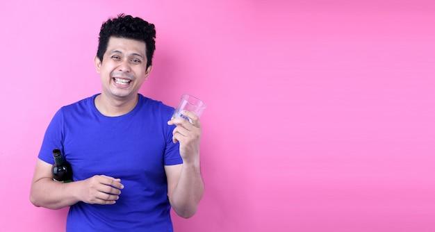 Portret knappe aziatische mannen grappige gelukkig alcohol drinken