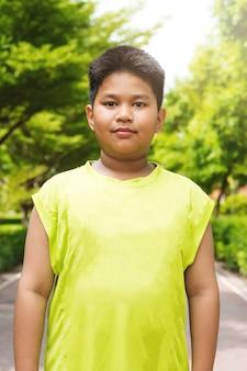 Portret knappe aziatische sportjongen in de tuin