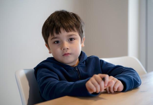 Portret knappe jongen camera kijken met lachend gezicht,