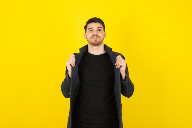 Portret knappe man op een geel.