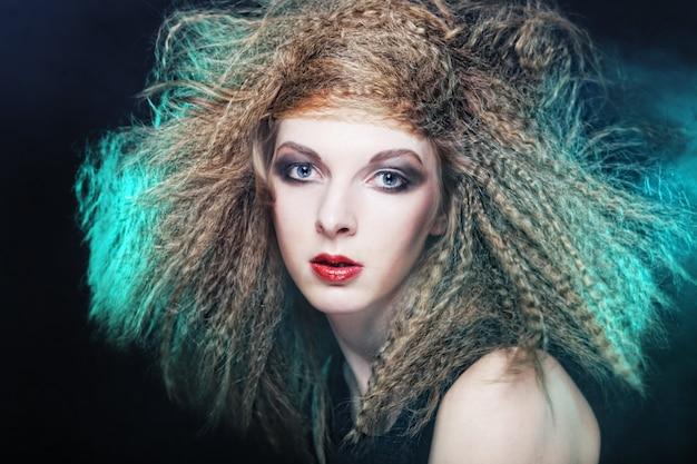 Portret krullend blond windhaar