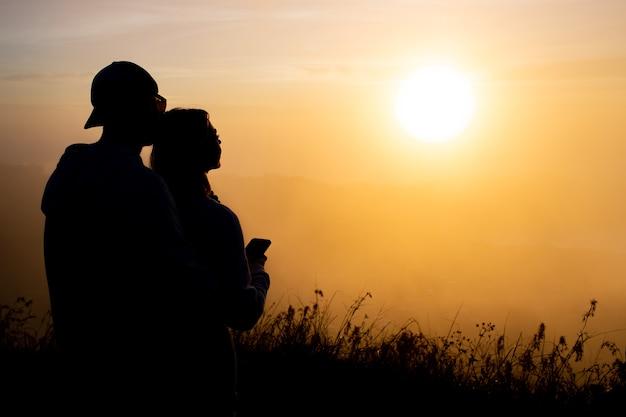 Portret. liefhebbers knuffelen bij dageraad op de vulkaan batur. bali, indonesië