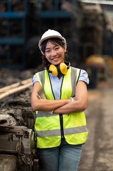 Portret magazijnbeheerders of werknemer aziatische vrouw die werkt bij een groot distributiemagazijn van een oud auto-onderdeel.