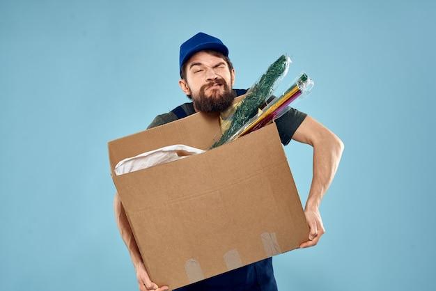 Portret man aan het werk als koerier