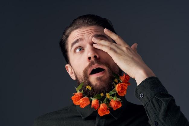 Portret man bloemen in een baard romantiek cadeau emoties close-up