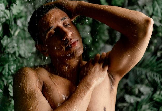 Portret man die een douche neemt
