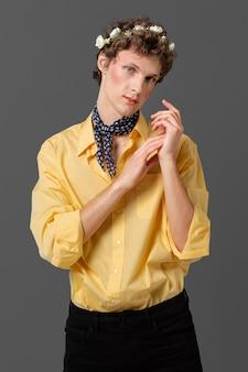 Portret man in modieus shirt bloemen krans dragen