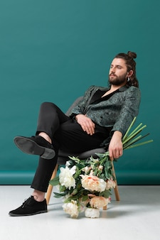 Portret man in modieuze kleding met bloemen