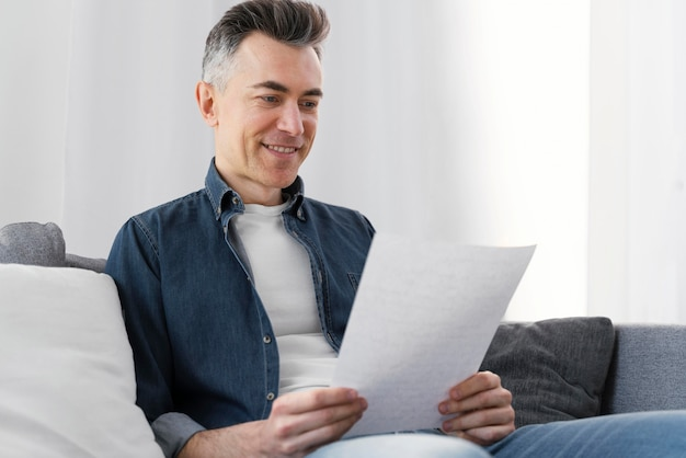 Portret man lezing brief