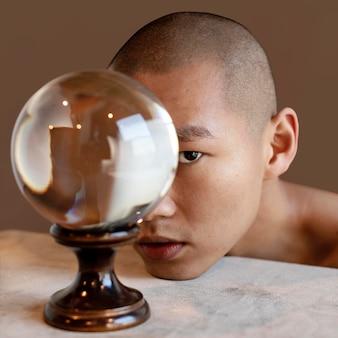 Portret man met globe