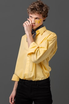 Portret man met make-up dragen shirt Gratis Foto