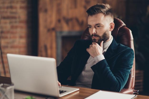 Portret man op kantoor werken