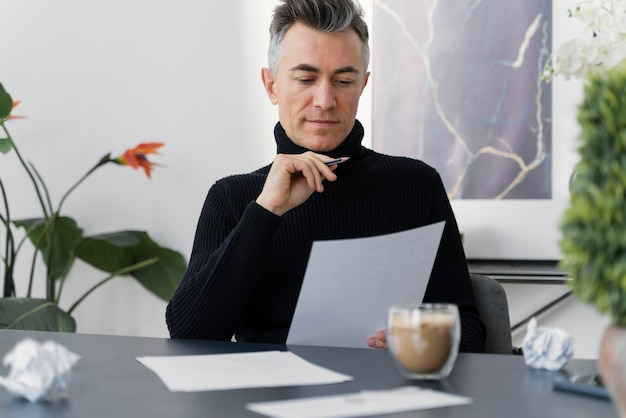 Portret man schrijven brief