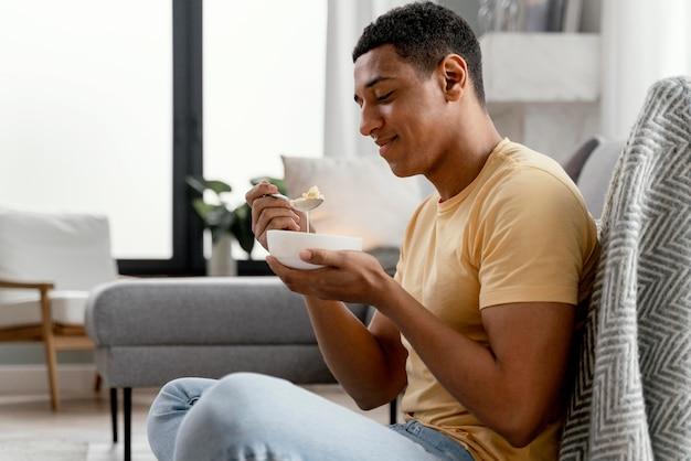 Portret man thuis eten