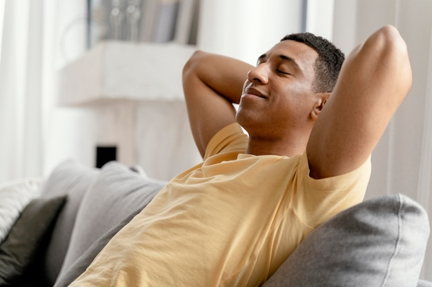 Portret man thuis ontspannen