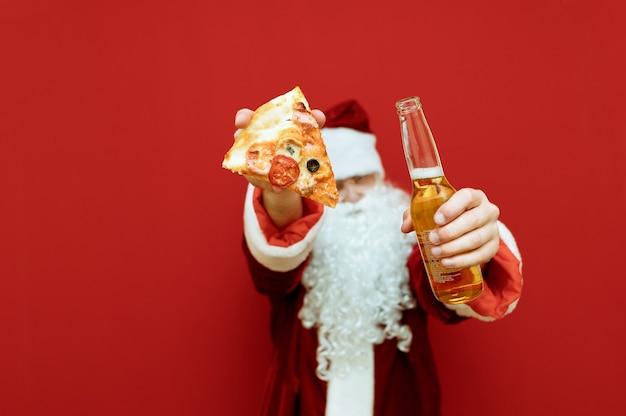 Portret man verkleed als kerstman met pizza en bier