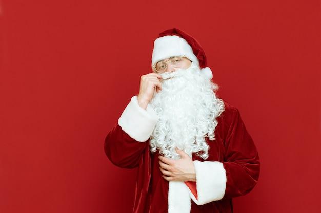 Portret man verkleed als kerstman