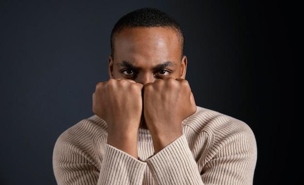 Portret man zit met gebalde vuisten