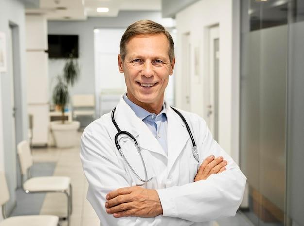 Portret mannelijke arts in het ziekenhuis