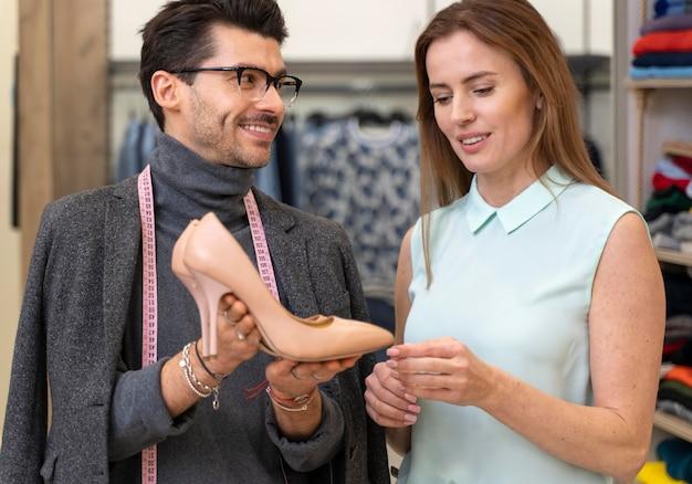 Portret mannelijke personal shopper werken