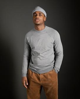 Portret mannetje dat glb draagt