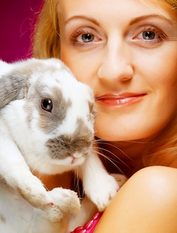Portret meisje bedrijf konijn aan kant