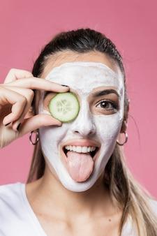 Portret meisje met gezichtsmasker