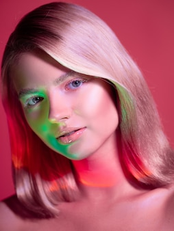Portret met neonstijlverlichting van een jonge mooie blonde