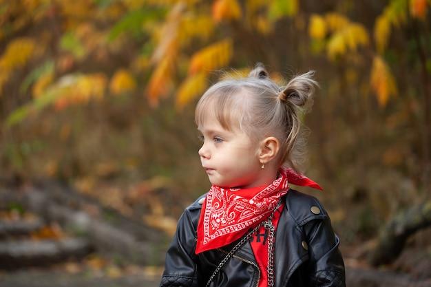 Portret mode schattige glimlach kind meisje plezier buitenshuis.