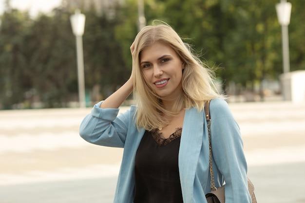 Portret modieuze vrouw buiten