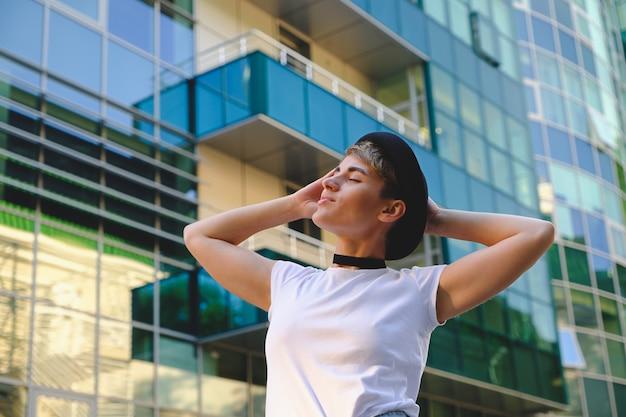 Portret modieuze vrouw die een breake van het werk het ontspannen nemen