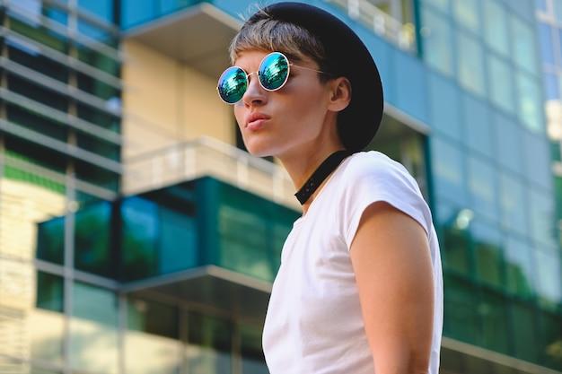 Portret modieuze vrouw die zonnebril draagt