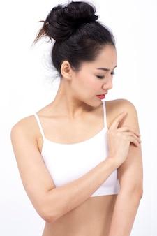 Portret mooi model poseren met perfecte frisse schone huid.