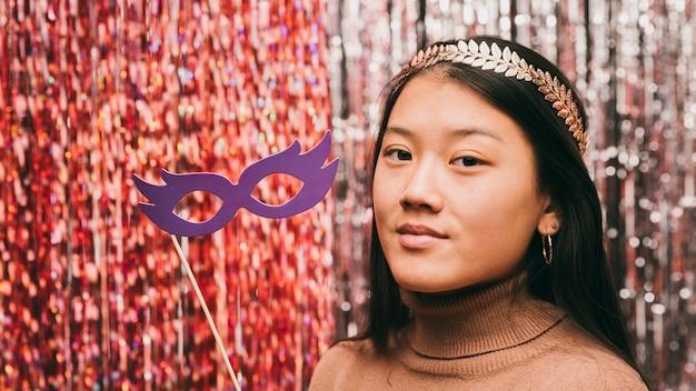 Portret mooi wijfje op carnaval-partij